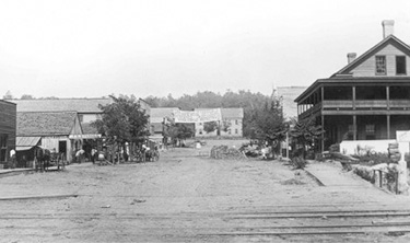 First Street in Fort Payne looking west. DeKalb County Courthouse is in background. May's Hotel is seen in the right foreground. This was one of Fort Payne's first hotels and patronized by many traveling salesmen.